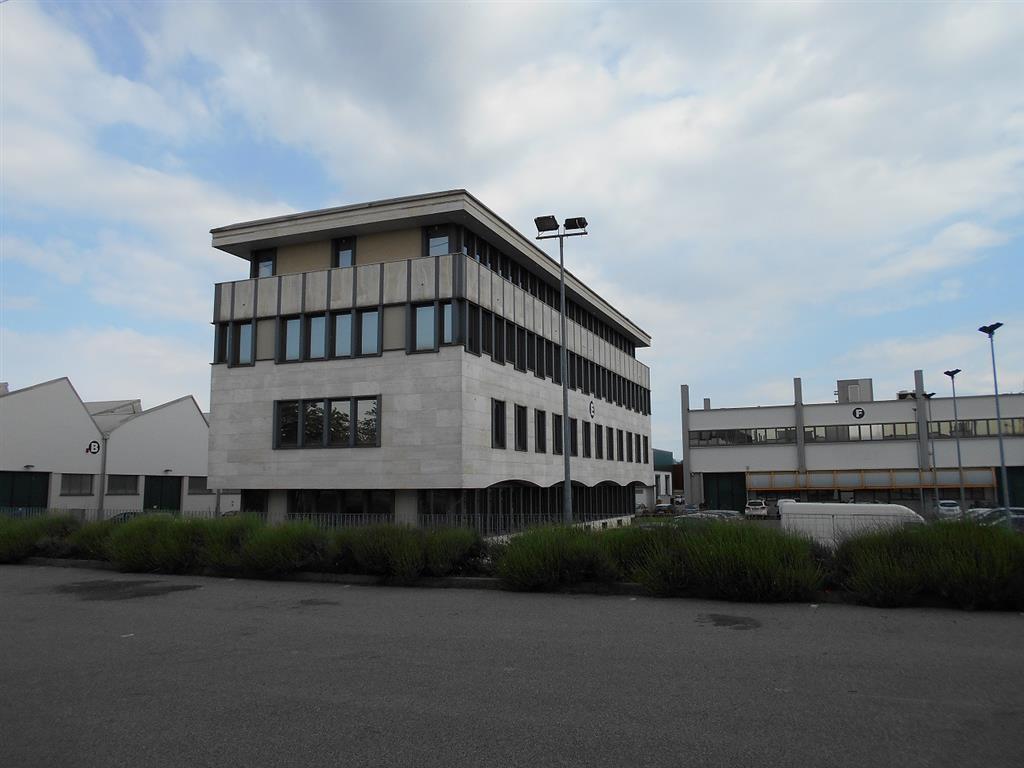 Laboratorio in Affitto a Caponago: 1 locali, 1100 mq