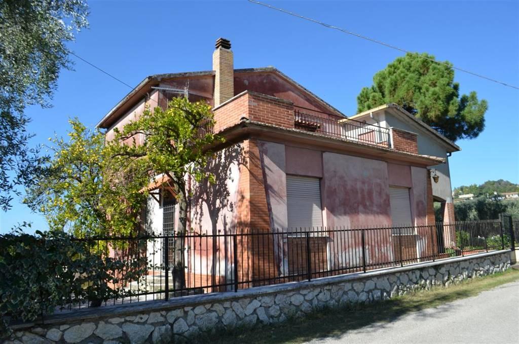 Villa in vendita a Tarano, 8 locali, zona Zona: San Polo, prezzo € 185.000 | CambioCasa.it