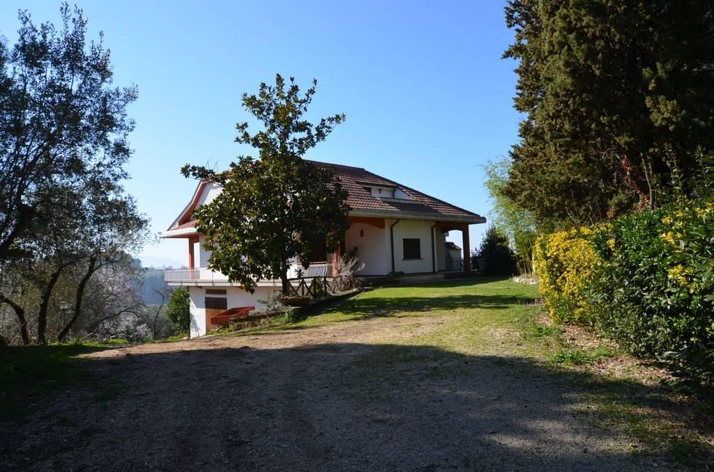 Villa in vendita a Tarano, 9 locali, zona Zona: Baracche di Tarano (Borgo San Giorgio), prezzo € 280.000 | CambioCasa.it