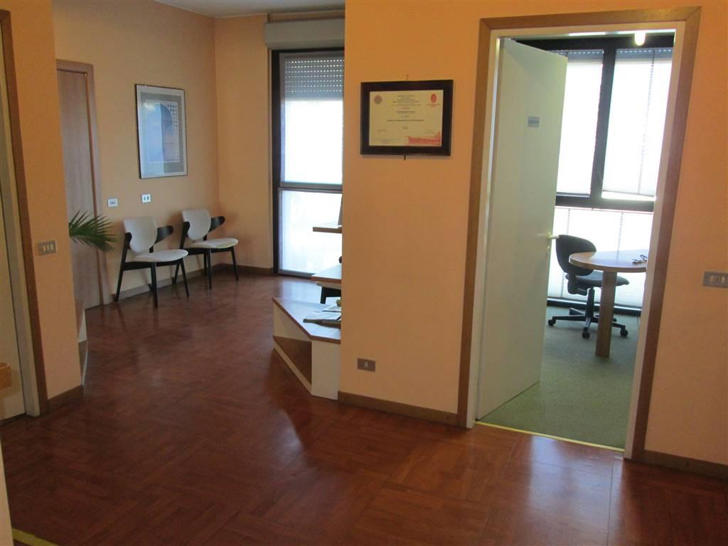 Ufficio / Studio in vendita a Saronno, 4 locali, zona Zona: Acquilone, prezzo € 200.000 | CambioCasa.it