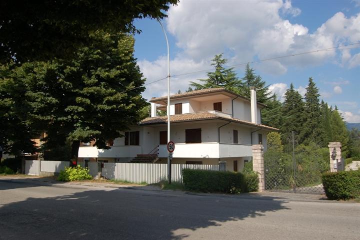 Villa in vendita a Spoleto, 13 locali, zona Località: PRIMA PERIFERIA, prezzo € 530.000 | CambioCasa.it