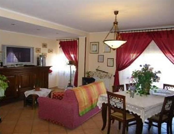Appartamento in vendita a Spoleto, 4 locali, zona Località: PERIFERIA, prezzo € 100.000 | Cambio Casa.it