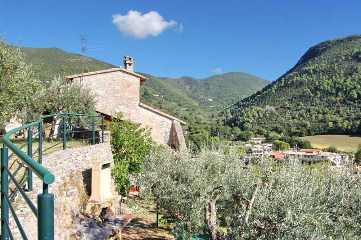 Rustico / Casale in vendita a Spoleto, 5 locali, zona Località: PERIFERIA, prezzo € 350.000 | CambioCasa.it