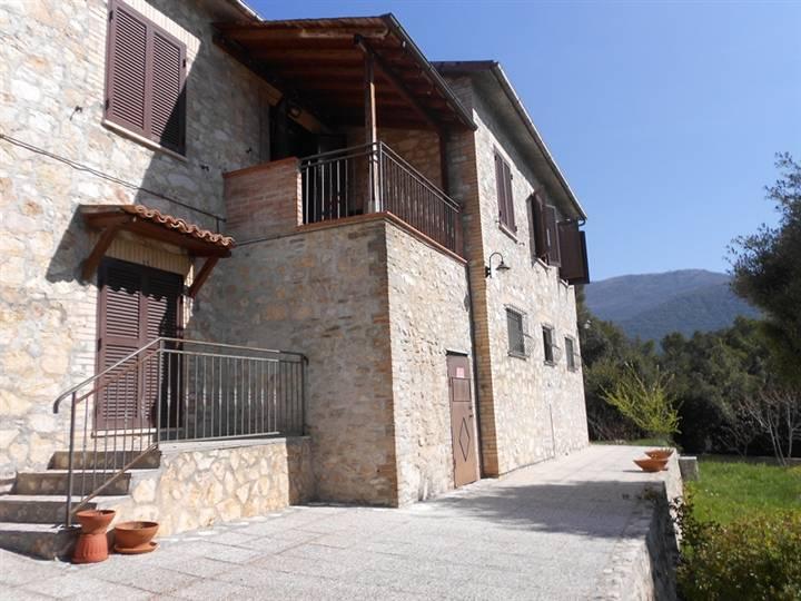 Soluzione Indipendente in vendita a Campello sul Clitunno, 7 locali, prezzo € 400.000 | Cambio Casa.it