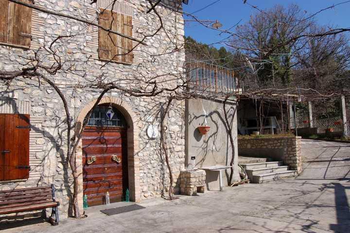 Rustico / Casale in vendita a Spoleto, 4 locali, zona Località: PERIFERIA, prezzo € 95.000 | CambioCasa.it