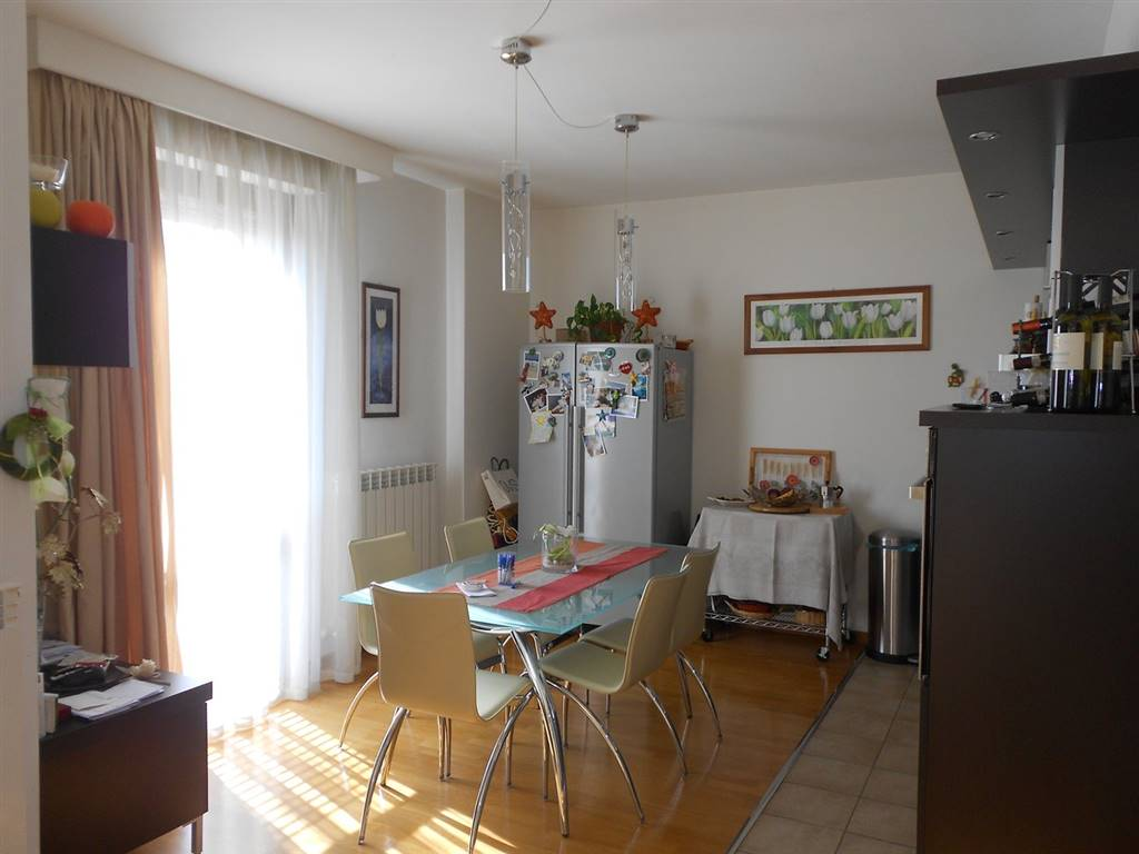 Appartamento in vendita a Spoleto, 4 locali, zona Località: PRIMA PERIFERIA, prezzo € 148.000 | CambioCasa.it