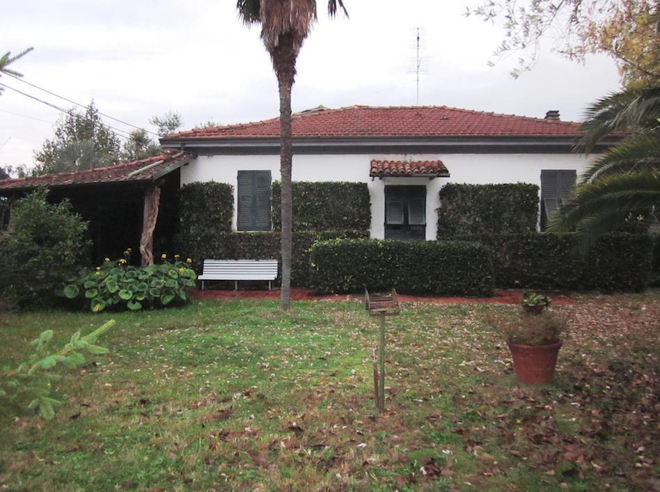 Villa in vendita a Sarzana, 8 locali, prezzo € 270.000 | Cambio Casa.it