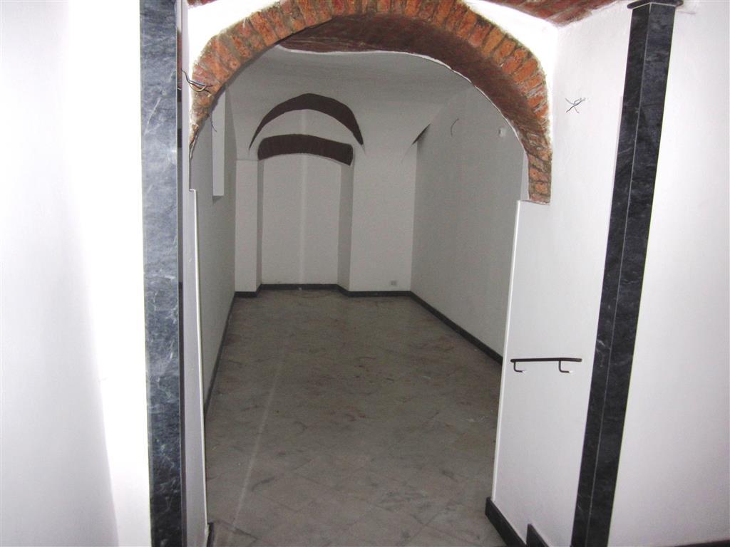 Immobile Commerciale in affitto a Sarzana, 3 locali, zona Località: CENTRO STORICO, prezzo € 800 | CambioCasa.it