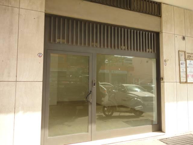 VIALE DELLA LIBERTA', ZONA EST: Locale commerciale composto da unico vano e bagno,  con vetrina antisfondamento.