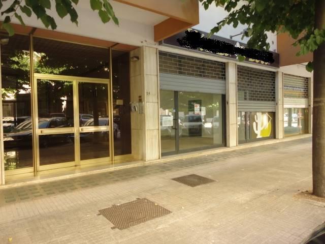 VIA G. PAPATODERO, 22: Locale commerciale di mq. 42 circa con due ampie vetrine fronte strada, composto da unico vano + bagno, e sotto locale di