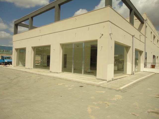 VIA GIUSEPPE LEONE - SURBO: Locale di nuova costruzione di 300 mq. circa con tre  ingressi, quattro bagni e ampio spazio scoperto antistante.