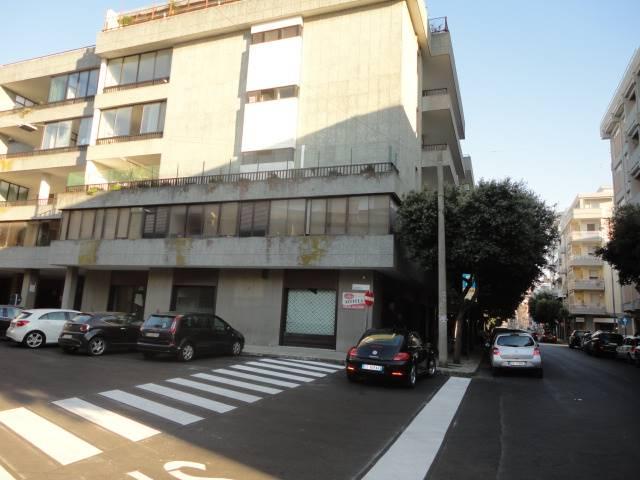 VIA ARDITI, in zona centralissima a due passi da Piazza Mazzini, interessante locale commerciale distribuito su due livelli: piano terra ad uso