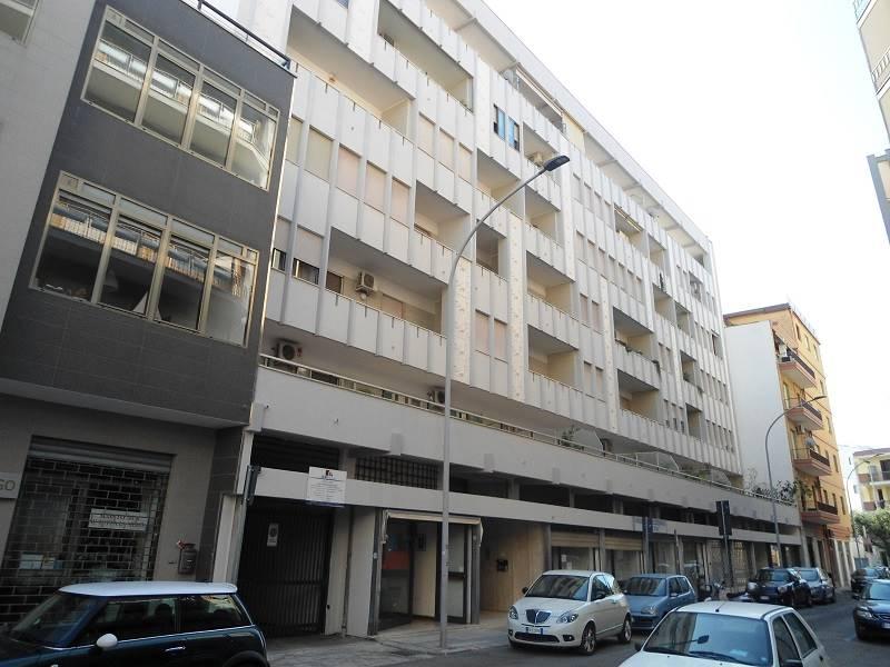 Centralissimo ed ampio appartamento al terzo piano, con doppia esposizione e box auto.  L'immobile è composto da ingresso, salone doppio, cucina con