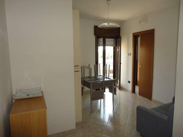 Bilocale posto al 4° piano composto da soggiorno/pranzo, cucinotto, una camera da letto, bagno, balcone ed un posto auto interno.