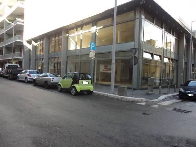 VIA OBERDAN angolo via O. MASSA, 73 : Proponiamo rifinito ed ampio locale commerciale di nuova costruzione con ampie vetrine. L'immobile è