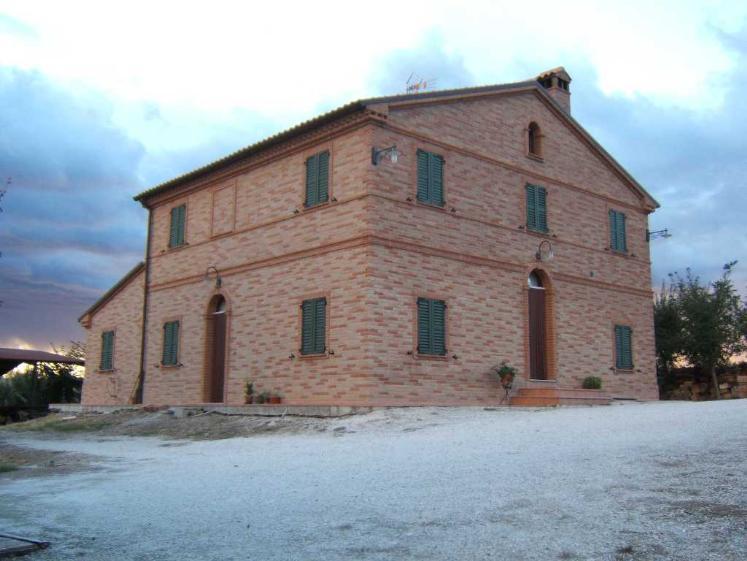 Rustico / Casale in vendita a Maiolati Spontini, 5 locali, zona Zona: Moie, Trattative riservate | CambioCasa.it