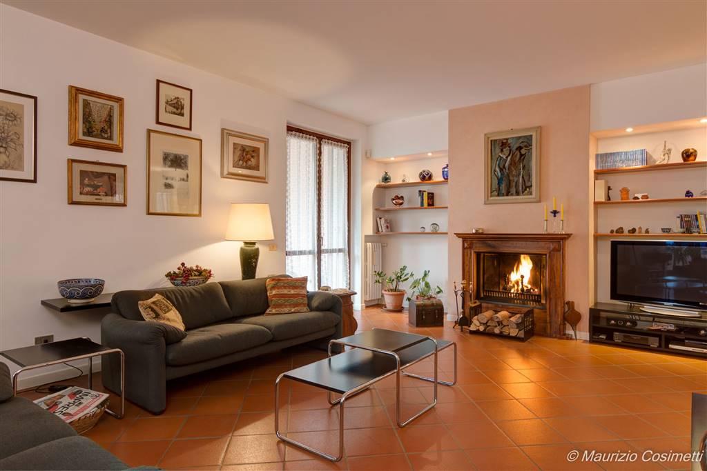 Bellissima villa libera su tre lati con giardino privato e ampie zone porticate.  Per fotografie con risoluzione alta visitate il sito: https://www.