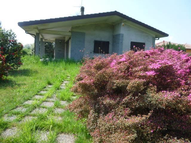 Villa in vendita a Invorio, 8 locali, prezzo € 295.000 | CambioCasa.it