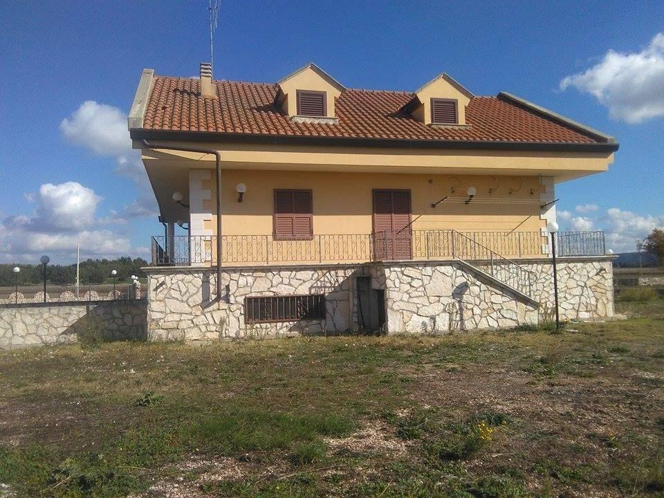 Villa a ALTAMURA 330 M<sup>2</sup> | 4 Habitaciones - Garaje | Jardìn 10000 M<sup>2</sup>