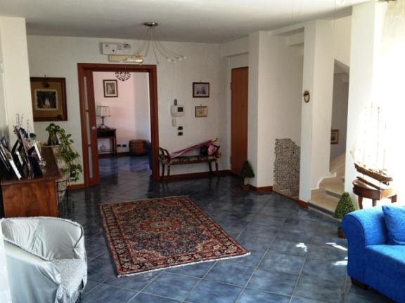Villa in vendita a Formia, 8 locali, zona Zona: Maranola, prezzo € 480.000 | CambioCasa.it