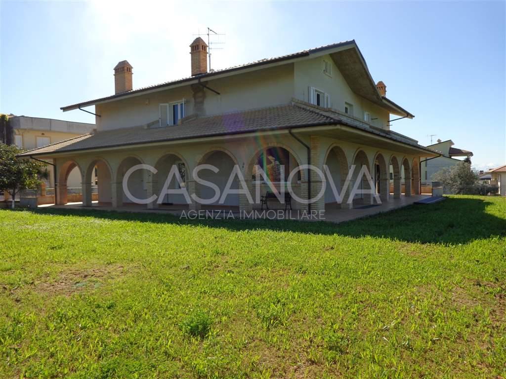 Villa in vendita a Mosciano Sant'Angelo, 7 locali, zona Località: CENTRO, prezzo € 320.000 | CambioCasa.it