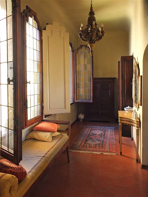 disimpegno/ingresso con particolari finestre