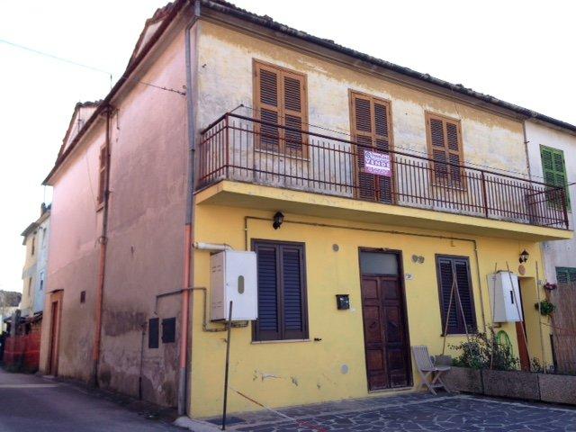 Soluzione Indipendente in vendita a Frosinone, 4 locali, zona Zona: Centro, prezzo € 65.000 | Cambio Casa.it