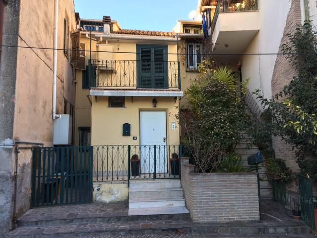 Soluzione Indipendente in vendita a Frosinone, 6 locali, zona Località: CENTRO ALTO, prezzo € 170.000 | CambioCasa.it