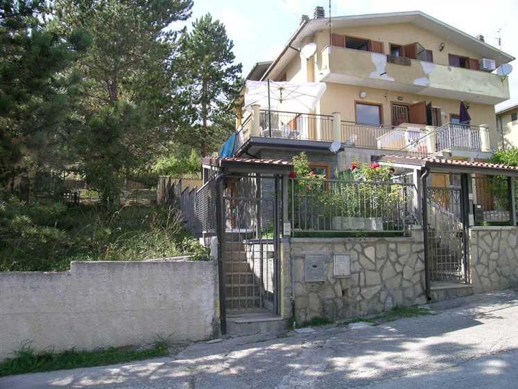 Soluzione Indipendente in vendita a Castel di Sangro, 4 locali, zona Località: COLLE, Trattative riservate | Cambio Casa.it