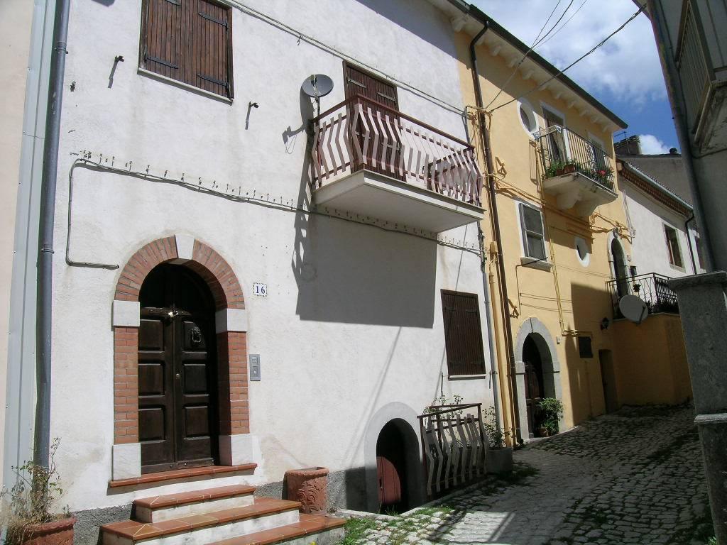 Soluzione Indipendente in vendita a Castel di Sangro, 10 locali, zona Zona: Roccacinquemiglia, prezzo € 140.000 | CambioCasa.it