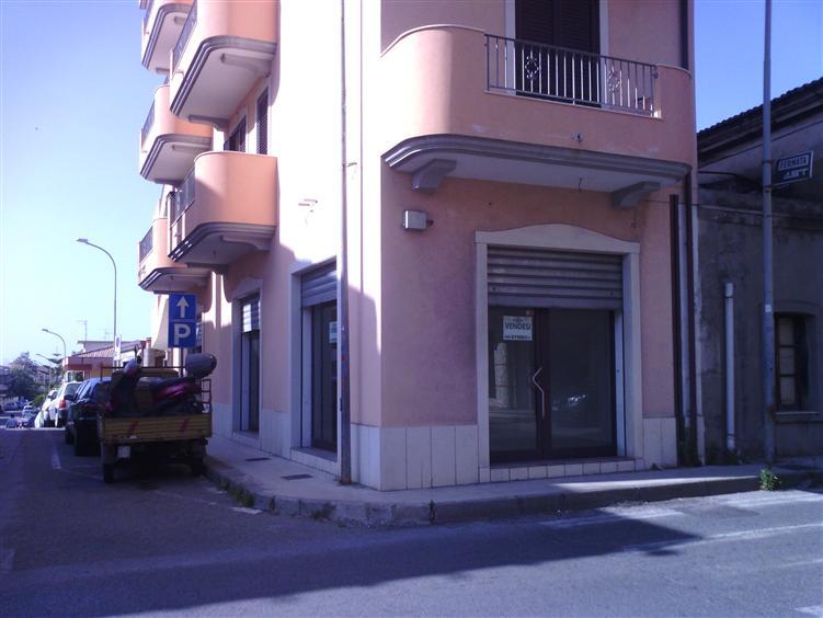 Negozio / Locale in affitto a Rometta, 2 locali, prezzo € 750 | CambioCasa.it