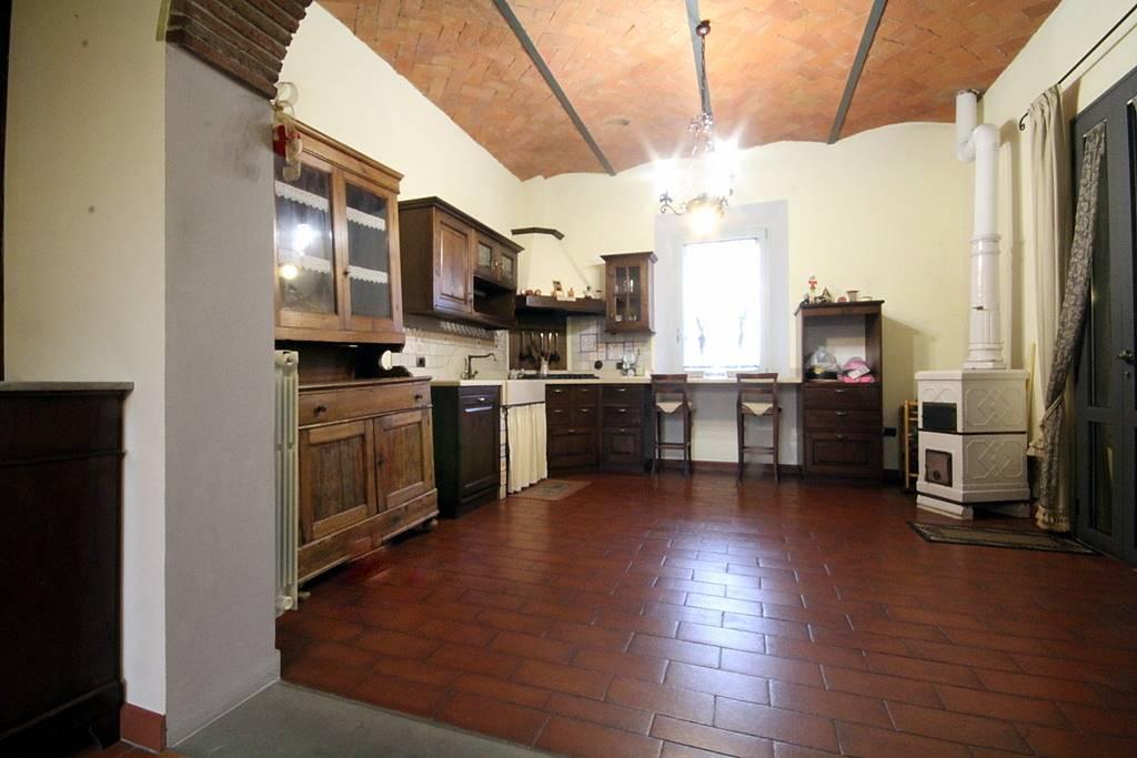 Rustico / Casale in vendita a Lamporecchio, 7 locali, prezzo € 330.000 | CambioCasa.it