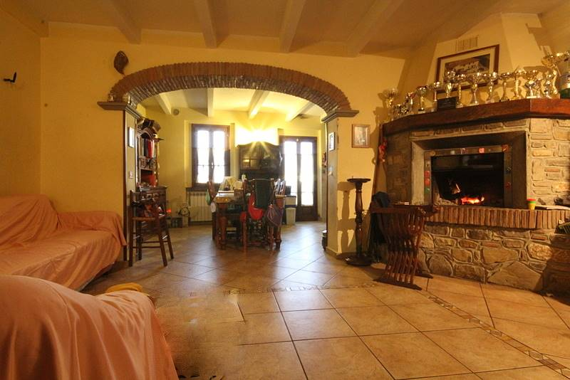 Rustico / Casale in vendita a Lamporecchio, 8 locali, prezzo € 260.000 | CambioCasa.it