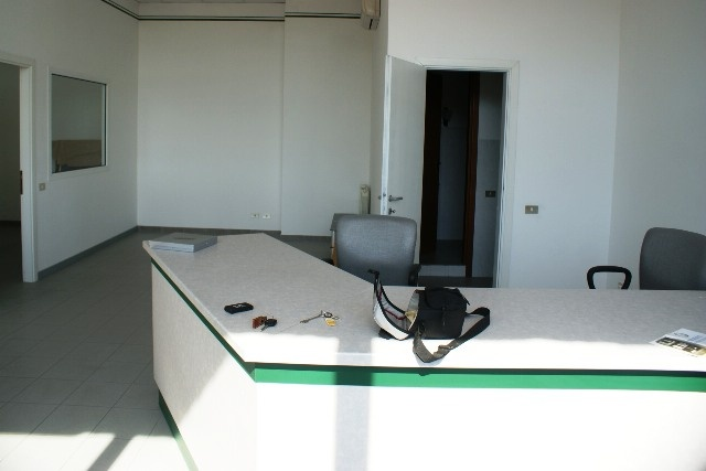 Ufficio / Studio in affitto a Sarzana, 3 locali, zona Località: AURELIA, prezzo € 750 | Cambio Casa.it