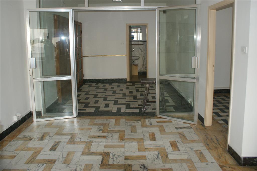 Ufficio / Studio in vendita a Carrara, 4 locali, zona Località: CENTRO CITTÀ, prezzo € 64.000 | Cambio Casa.it