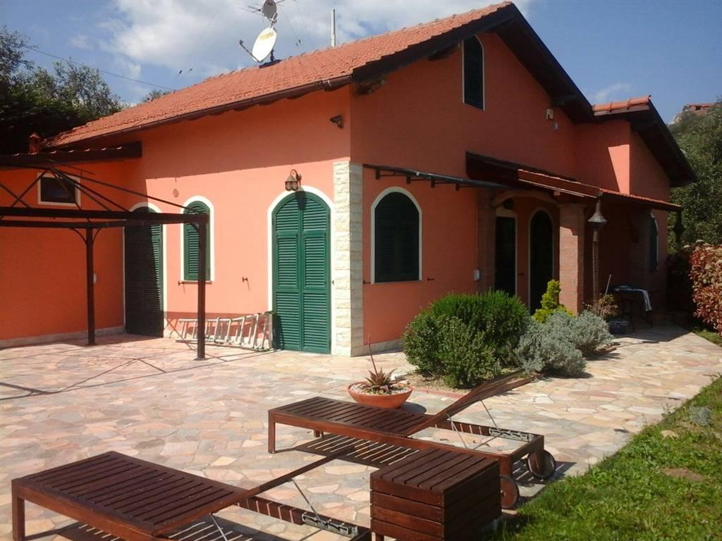 Borgo Artallo, proponiamo in vendita, nelle immediate vicinanze del paese, villino immerso negli ulivi con vista aperta sino al mare. La casa è