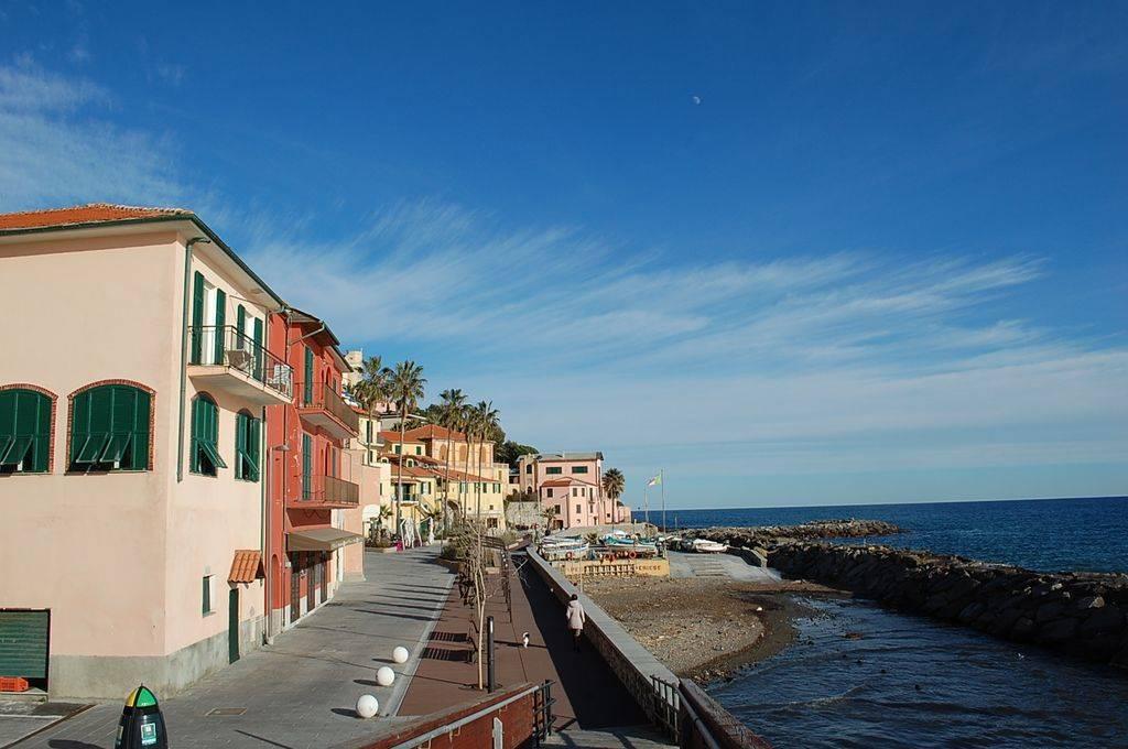 Imperia, nel ridente Borgo Foce, a due passi dal mare e alla zona pedonale da poco rinnovata, ampio appartamento di 213 mq al secondo piano in