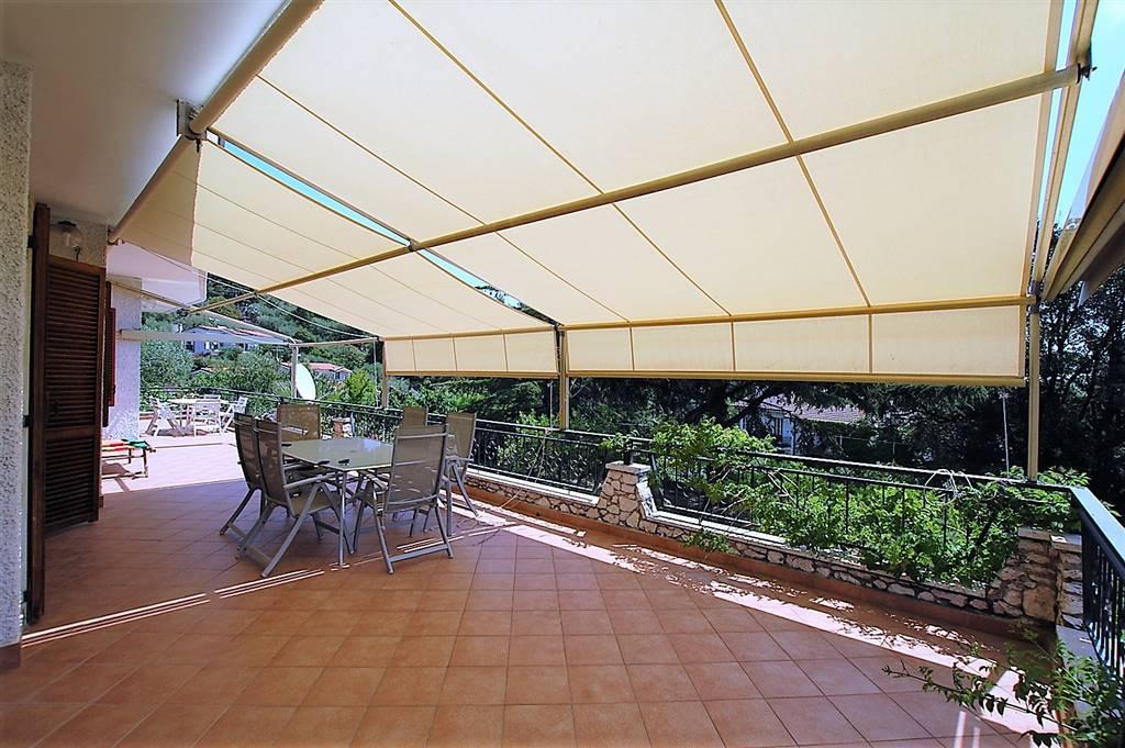 Imperia, zona Piani, grande appartamento in villa bifamiliare di 170 mq posto al piano primo formato da ingresso-disimpegno, cucina abitabile. salone