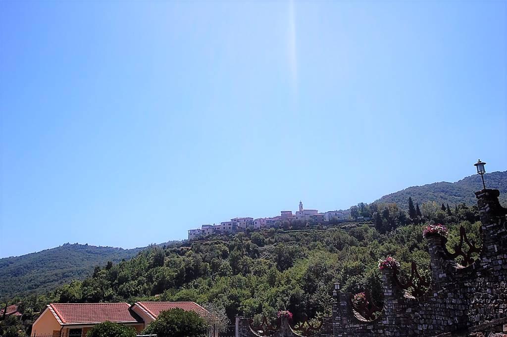 Incastonato nel pieno centro del caratteristico paese di Maro Castello, a 18 Km dal mare,  in posizione dominante affacciato sulla vallata,
