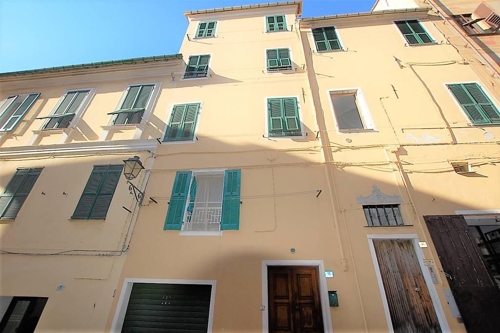 Imperia, Porto Maurizio centro, alloggio di 84 mq al piano primo composto da ingresso, soggiorno con angolo cottura, camera, ripostiglio e bagno. La