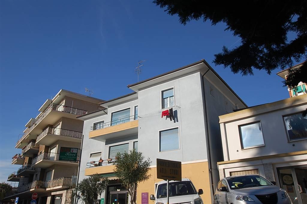 Imperia, Viale Matteotti, vicino alla Caserma Comando Carabinieri, appartamento al secondo ed ultimo piano esposto su tre aree  con ottima