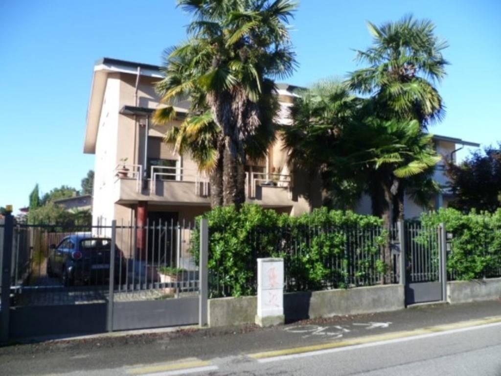 Villa in vendita a Limbiate, 6 locali, zona Zona: Mombello, prezzo € 530.000   Cambio Casa.it