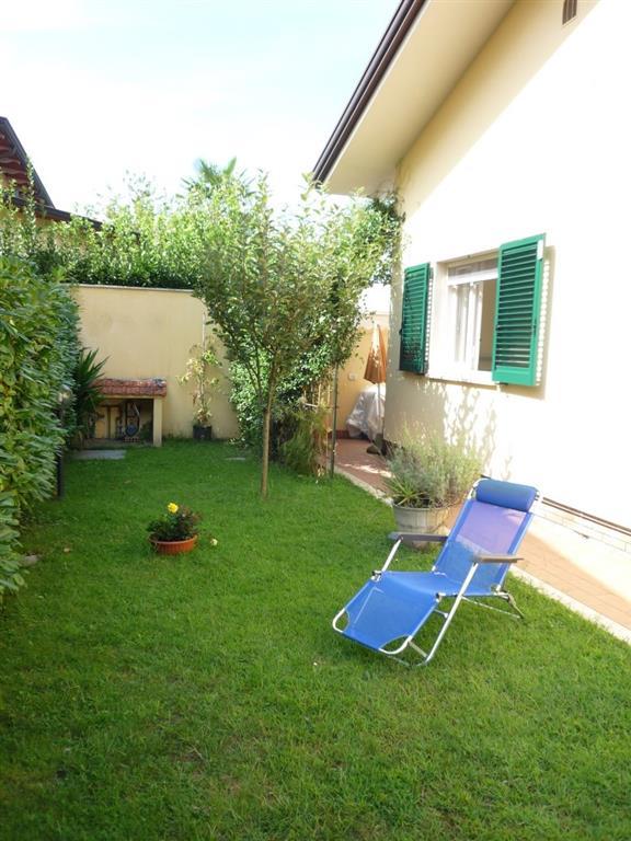 Villa in vendita a Montignoso, 3 locali, zona Zona: Cinquale, prezzo € 400.000   Cambio Casa.it