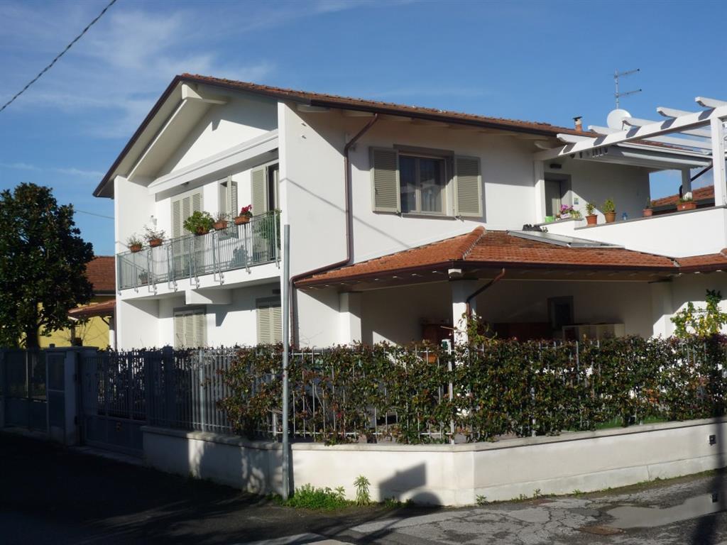 Villa in vendita a Montignoso, 5 locali, zona Zona: Cinquale, prezzo € 550.000 | Cambio Casa.it