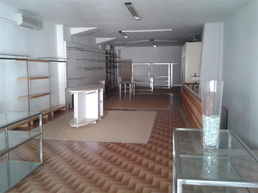 Negozio / Locale in affitto a Signa, 2 locali, zona Località: STAZIONE, prezzo € 1.500   CambioCasa.it