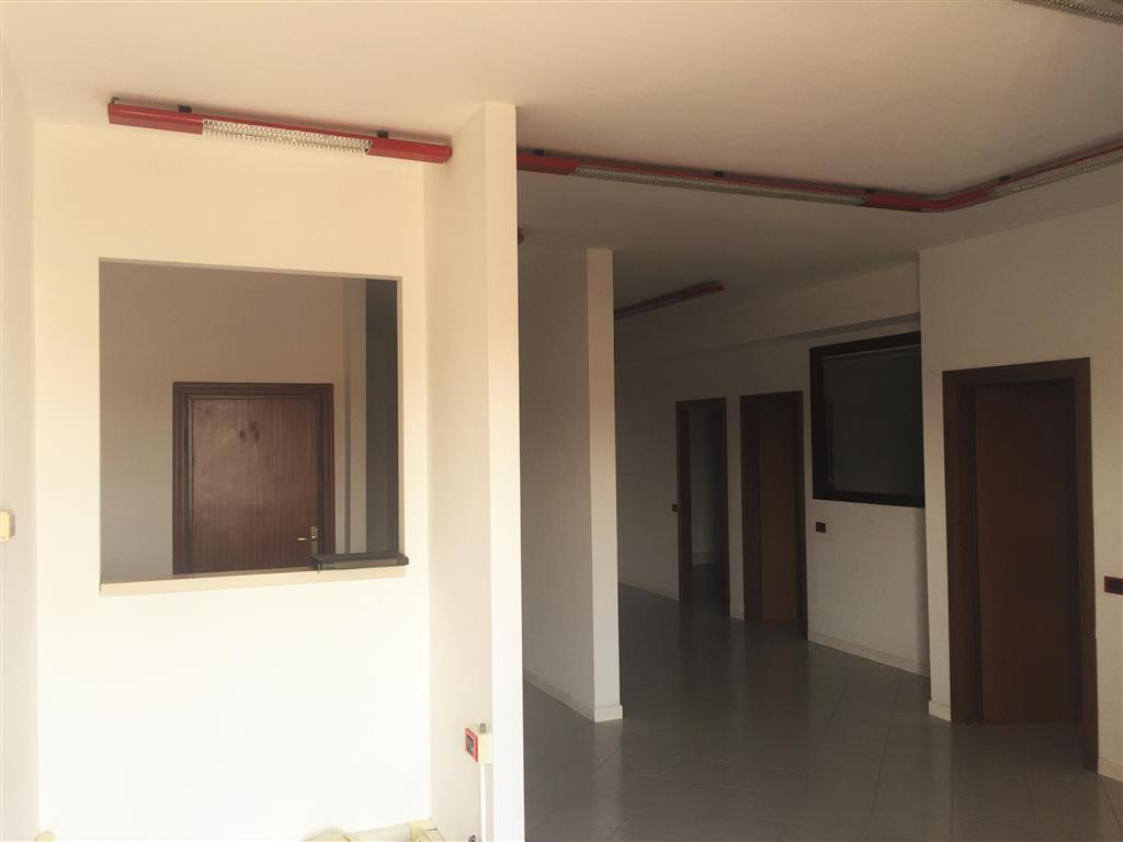Ufficio / Studio in affitto a Poggio a Caiano, 3 locali, prezzo € 2.000 | CambioCasa.it