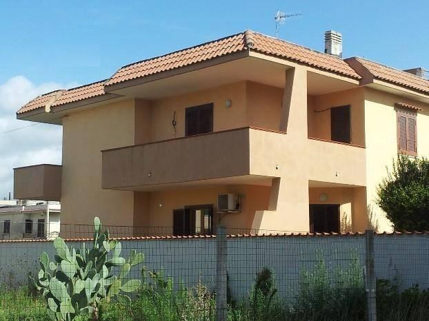 Villa in vendita a Castel Volturno, 6 locali, zona Zona: Villaggio Coppola Pinetamare, prezzo € 120.000 | Cambio Casa.it