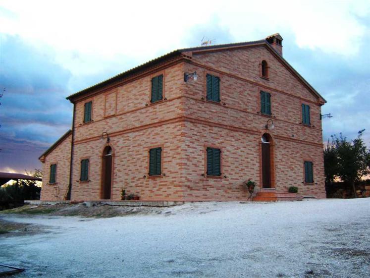 Rustico / Casale in vendita a Maiolati Spontini, 12 locali, Trattative riservate | Cambio Casa.it