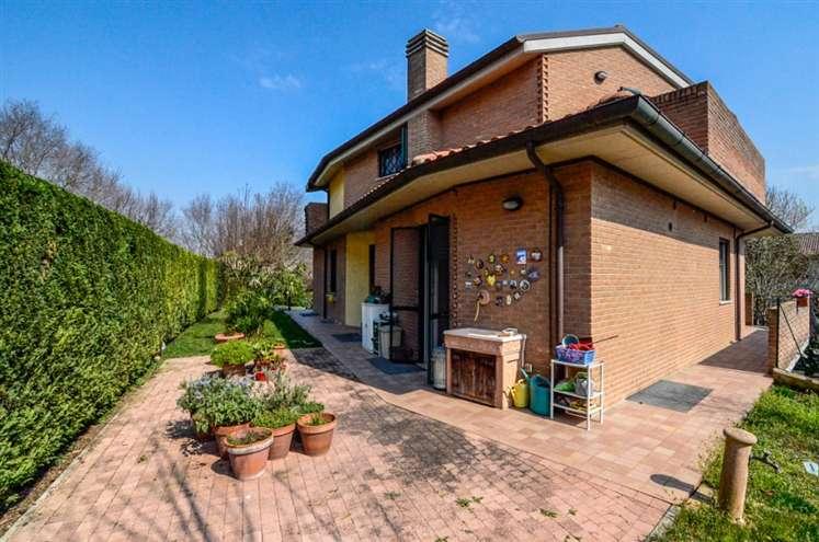 Villa in vendita a Chiaravalle, 8 locali, Trattative riservate | Cambio Casa.it