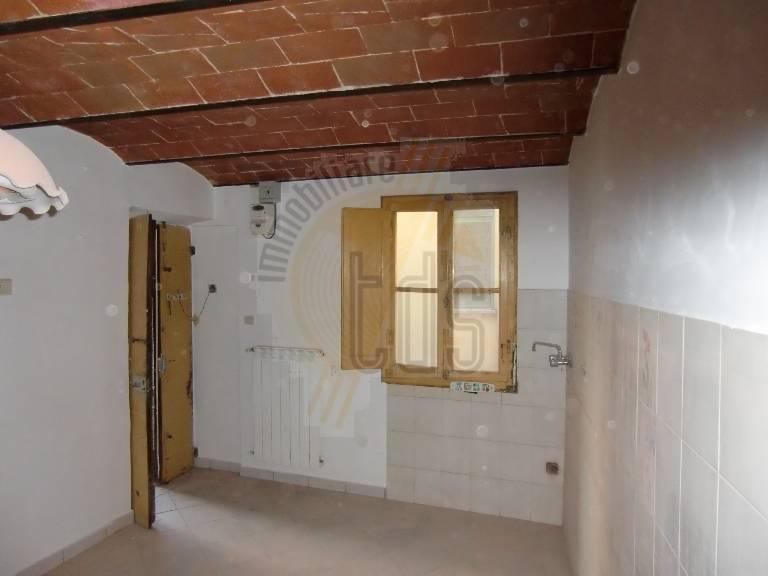 Appartamento in vendita a Loro Ciuffenna, 3 locali, zona Zona: San Giustino Valdarno, prezzo € 65.000 | Cambio Casa.it